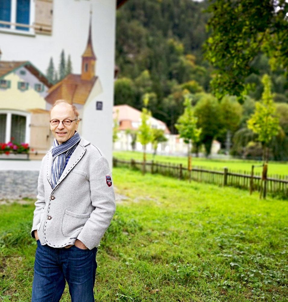Herr Rapold vor seinem Betrieb in Bad Reichenhall / Deutschland